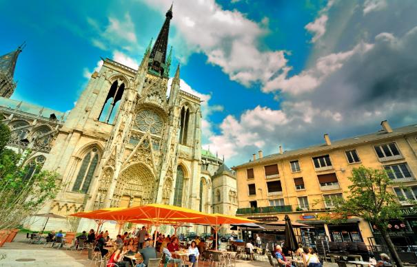 Três guias falando português esperam por você em Rouen